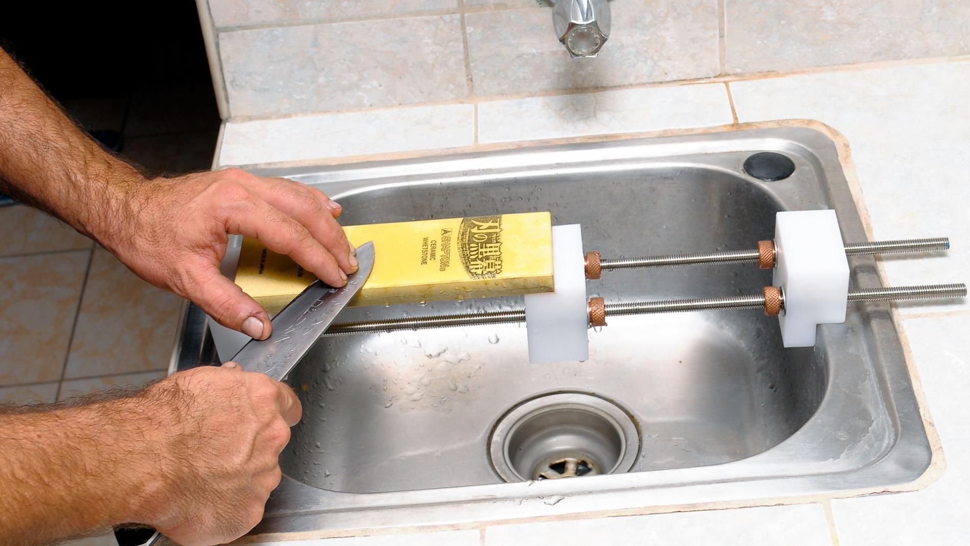 GUB0022-Soporte para piedras de afilar puente sobre la poza de lavadero GUB0022-max-2.