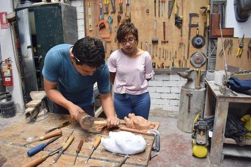 Re-toque de docente Daniel Marcatoma Merma con su alumna de Chihuako Taller